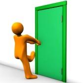 16178146-personaje-de-dibujos-animados-orange-no-puede-abrir-la-puerta-de-salida
